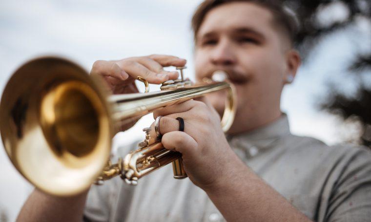 man speelt trompet