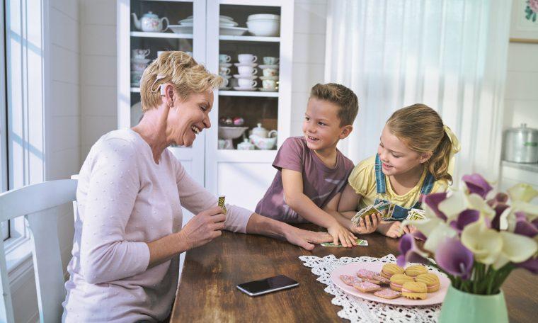 oma aan tafel met kleinkinderen