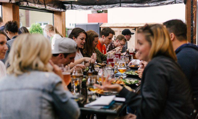 Mensen aan tafel in restaurant