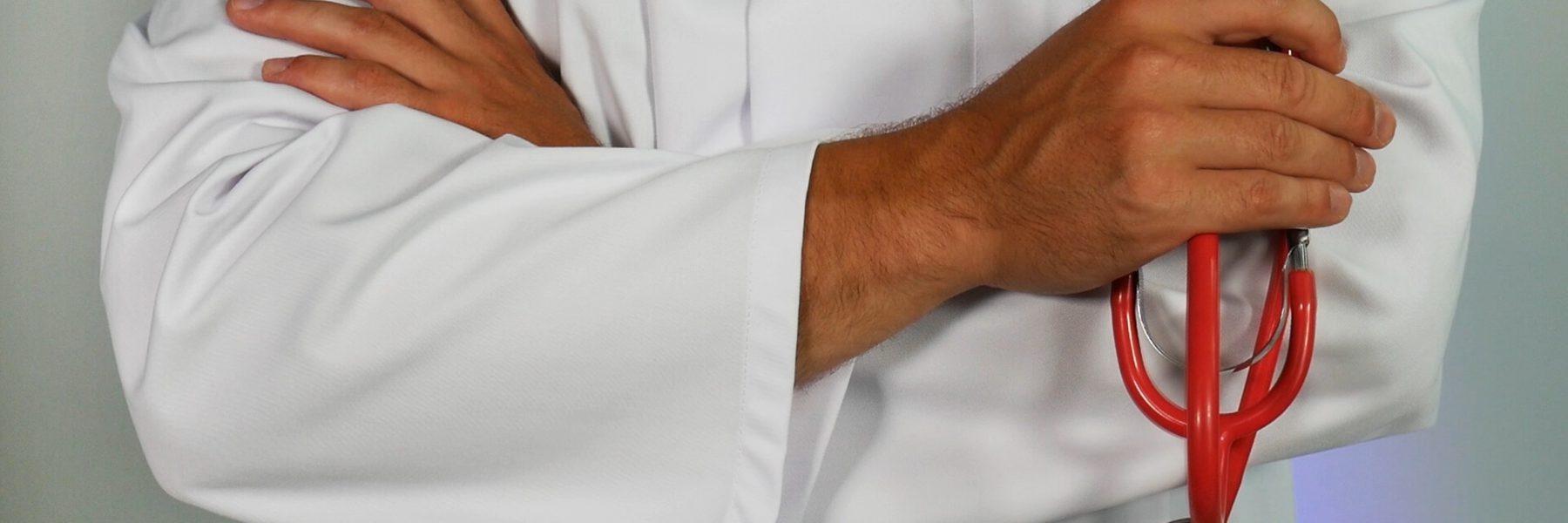 armen in witte jas en handen met stethoscoop