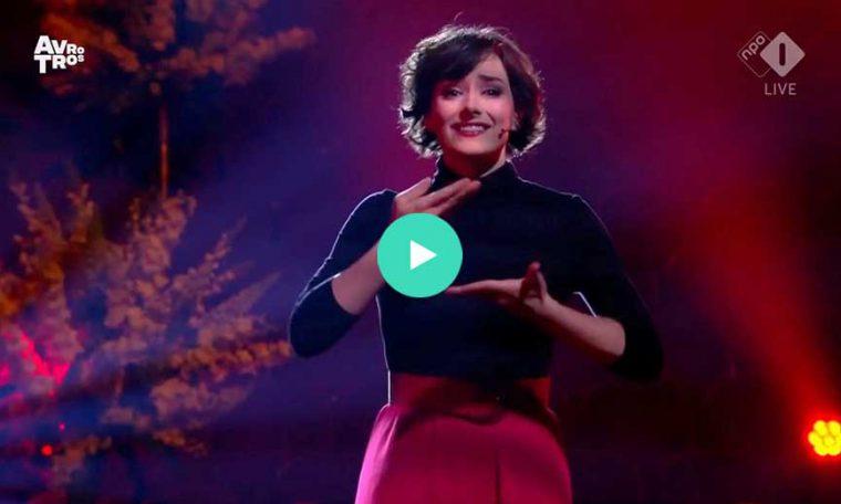 Nandi van Beurden zingt en gebaart Stille Liefde in Liveshow
