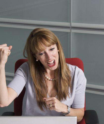 Een vrouw juicht als ze bingo heeft