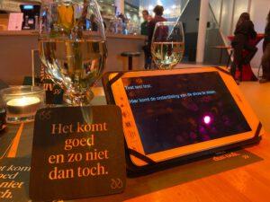 tafeltje met de tolktekst op een tablet