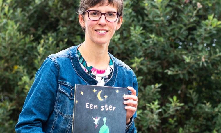 Foto van Ilse van Zandvoort met boek 'Een ster'